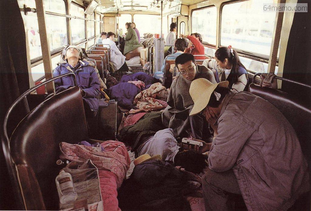 19 травня 1989 р. У наметах і автобусах знаходилися в основному студенти, які брали участь у голодуванні. Решта всіх учасників демонстрації знаходилася на вулиці. Фото: 64memo.com