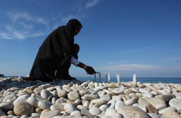 Ефіопка запалює свічки в пам'ять про загиблих у результаті аварії літака 25 січня в морі біля берегів міста Наама, на південь від Бейрута. Ліванська армія знайшла чорний ящик літака - це дає надію на з'ясування обставин аварії, що забрала життя 90 людей.