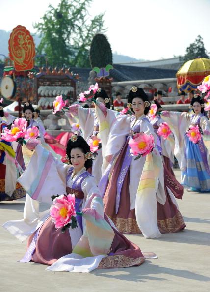 Праздничное представление в честь великого события. Фото: KIM JAE-HWAN/AFP/Getty Images