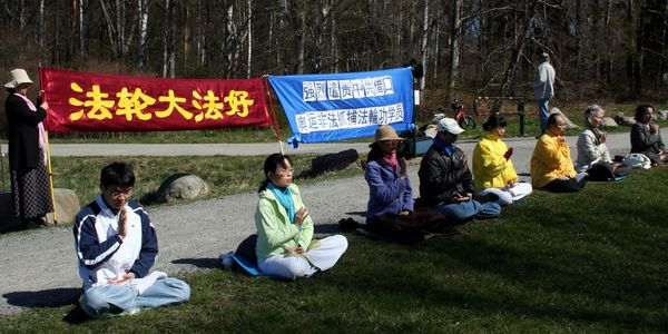 Акция, посвященная девятилетию со дня «инцидента 25 апреля» напротив китайского консульства г.Стокгольм ( Швеция). Фото с minghui.ca