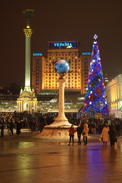 Головна ялинка країни засвітилася на Майдані Незалежності в Києві. Фото: Володимир Бородін/The Epoch Times
