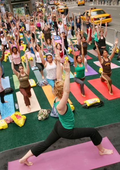 Марафон йоги на Таймс-сквер, Нью-Йорк. Фото: Astrid Stawiarz/Getty Images