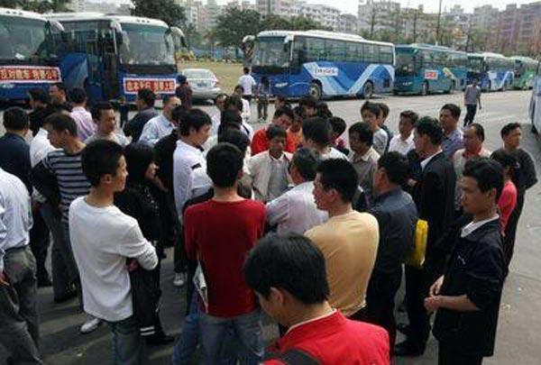 Забастовка водителей автобусов. На плакате написано «Не обманывайте меня, я очень бедный». Город Шеньчжень. 16 марта. Фото с epochtimes.com