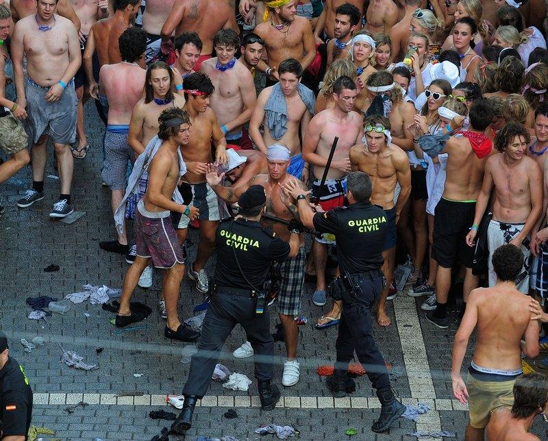 Поліція втихомирює помідорних бійців. Фото: Denis Doyle/Getty Images