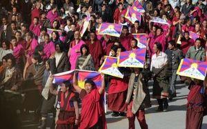 14 марта. Монахи монастыря Лабрагн возглавили акцию протеста. Они несут флаги Тибета и выкрикивают лозунги за свободный Тибет. Фото: AFP