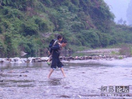 Деякі діти дуже маленькі і вчителю після уроків доводиться переносити їх через річку по одному. Фото з secretchina.com