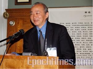 Сю Вэньли, член комиссии первого заграничного съезда Китайской демократической партии, зачитывает «Декларацию Третьей Китайской республики». Фото: Сю Мин/Великая Эпоха