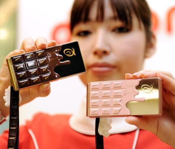 Новий мобільний телефон SH-04B, що має форму шоколадки, від японської фірми NTT. Фото: YOSHIKAZU TSUNO / AFP / Getty Images