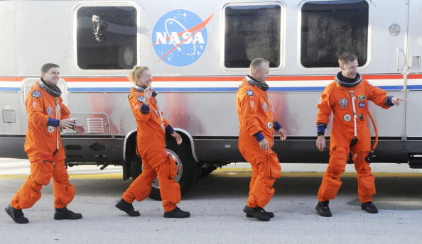 Перед початком передпольотної перевірки. Астронавти шатла біля автобуса обслуговування Astrovan. Фото: BRUCE WEAVER/AFP/Getty Images