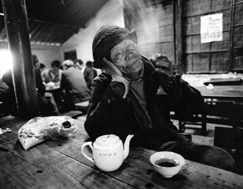Лодочник каждый день перед отплытием, заходит в чайную выпить чая. Провинция Чжецзян. 1990 год Фото: Yu Zhixin