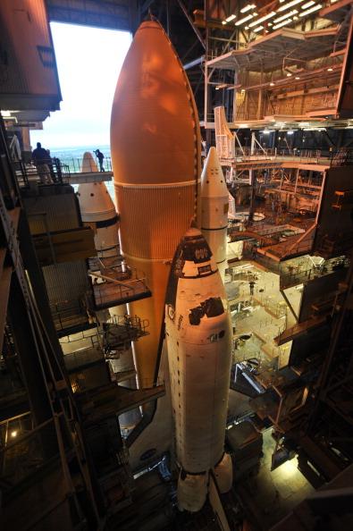 Шаттл «Атлантис» транспортируется на стартовую площадку 39А космодрома на мысе Канаверал. Фото: BRUCE WEAVER/AFP/Getty Images
