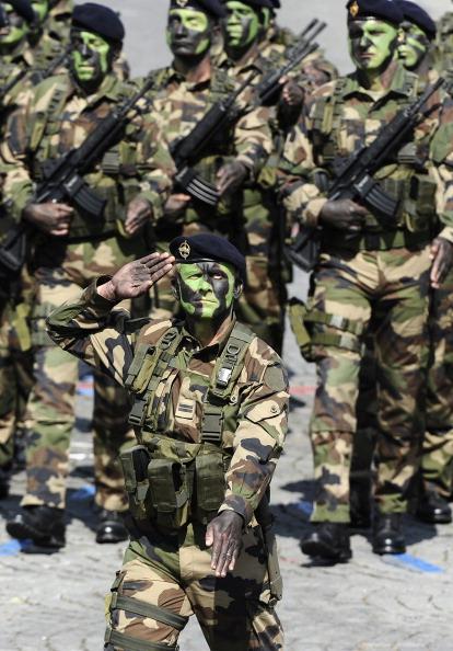 Стрелки специальных воздушно-пехотных войск маршем прошли по Елисейским полям во время ежегодного дня взятия Бастилии. Парад в Париже 14 июля 2011 года. Фото: Getty Images