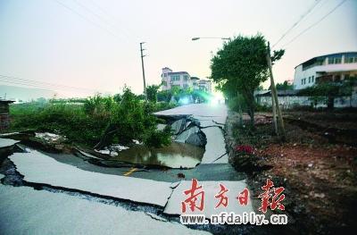 Провал на дороге. Провинция Гуандун. Январь 2011 год. Фото: news.china.com