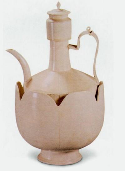 Пиала і чайник у формі лотоса, покриті білою глазур'ю. Висота 27, см. Епоха Ляо. Фото з aboluowang.com