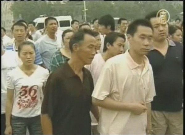 Люди, собравшиеся вокруг инцидента. 7 августа. Фото: кадры NTDTV