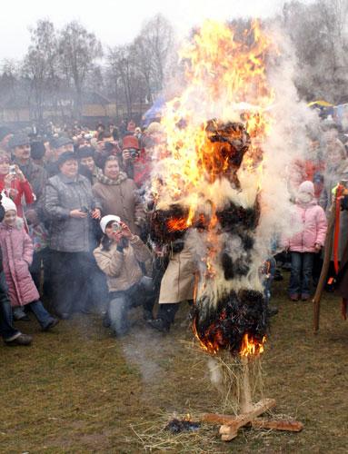 В последний день Масленицы сжигают соломенное чучело — символ зимы. Фото: Юрий Петюк/Великая Эпоха