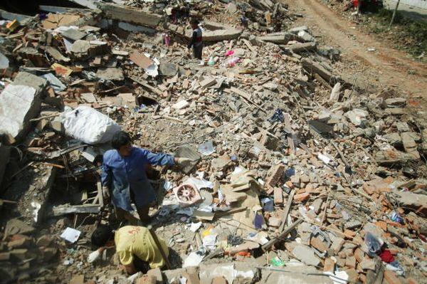 У повіті Чінчуань провінції Сичуань не припиняються залишкові підземні поштовхи. В результаті недавніх двох обвалився 1 млн 330 тис. будинків. Фото: China Photos/Getty Images