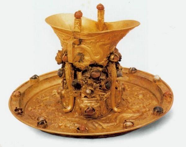 Золотий рознос з чашею. Династія Мін. Фото з aboluowang.com