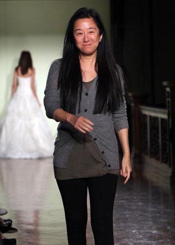 Американський дизайнер китайського походження Вера Ван (Vera Wang) під час показу своєї колекції весільного вбрання у Нью-Йорку. Фото: Scott Gries/Getty Images