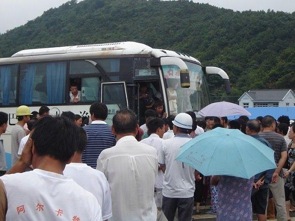 Понад 3000 селян вийшли на акцію протесту, перекривши трасу. Повіт Сяншань провінції Чжецзян. 25 липня 2009 рік. Фото з epochtimes.com