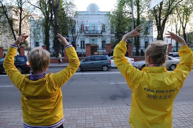 акция против репрессий Фалуньгун в Киеве