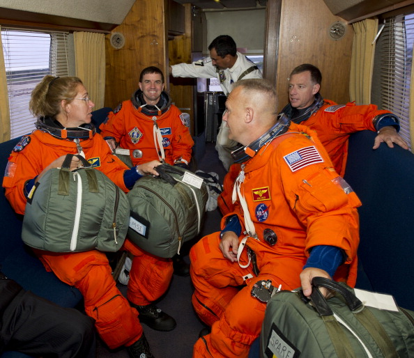 Екіпаж шатла в автобусі Astrovan. Фото: Jerry Ross/NASA via Getty Images