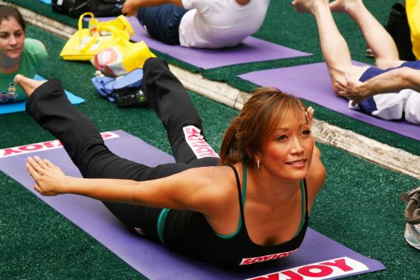 Кэрри Энн Инаба выполняет упражнения йоги. Фото: Astrid Stawiarz/Getty Images