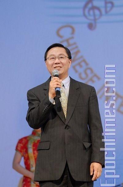 Генеральний директор телебачення NTDTV Лі Цун поздоровляє переможців конкурсу. Фото: Даї Бін/The Epoch Times
