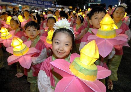 Дети несут светящиеся лотосы во время праздничного шествие в Сеуле. Фото: Chung Sung-Jun/Getty Images