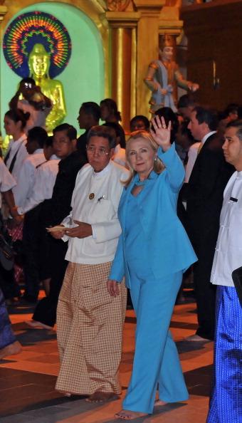 Госсекретарь США Хиллари Клинтон в буддийском храме ― одной из достопримечательностей пагоды Шведагон в Янгоне. Мьянма, 1 декабря 2011 года. Фото: Soe Than WIN/ Getty Image