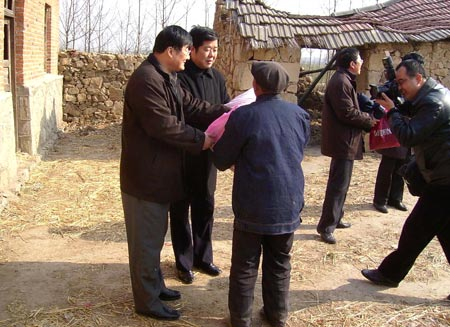 «Эй, актер на второстепенных ролях… улыбнись!!!». Фото: kanzhongguo.com