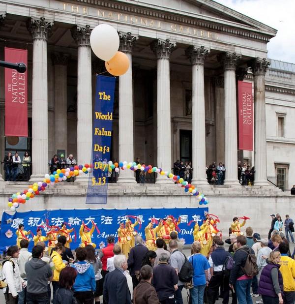 Англия. Мероприятия, приуроченные к Всемирному Дню Фалунь Дафа. Фото с minghui.org
