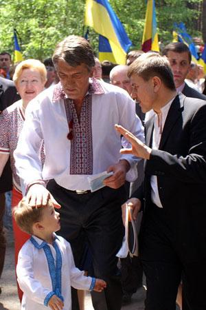 Виктор Ющенко разговаривает с мальчиком в Быковнянскому лесу в день чествования жертв коммунистических репрессий. Фото: Юрий Петюк/Великая Эпоха