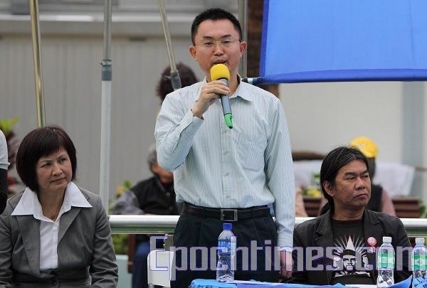 Виступає демократ пан Чоу. (The Epoch Times)