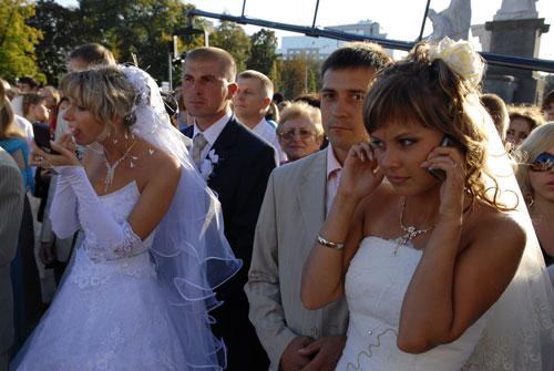 Надо подбодрить ожидающих застолье гостей и подправить макияж. Фото: Владимир Бородин/Великая Эпоха