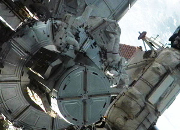 Астронавти Рональд Гаран і Майкл Фоссум вийшли у відкритий космос. Фото: nasa.gov