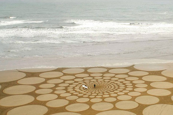 Дивовижні малюнки на піску. Фото: life.pravda.com.ua