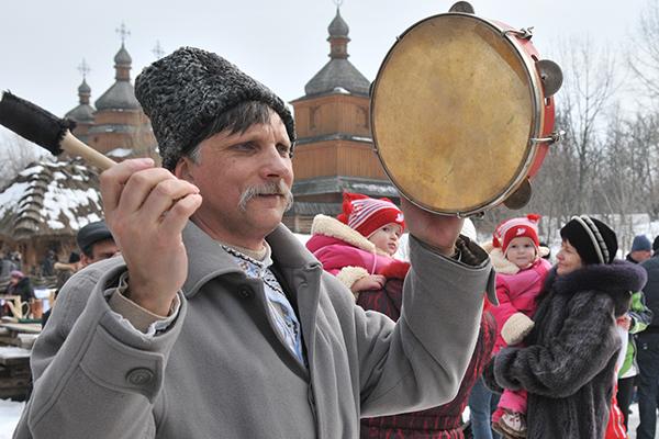 Танець з бубном на Мамаєвій слободі. Фото: Володимир Бородін / The Epoch Times Україна