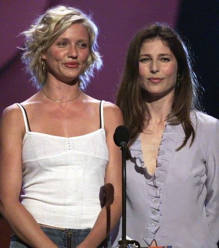 Камерон Диаз с Мими Роджерс на MTV Movie Awards 2000, где актрисы были ведущими. Фото: Frank Micelotta/Getty Images.