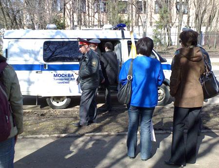 Подъехали несколько машин, в которых сажает участников акции. Фото: Великая Эпоха