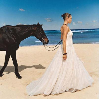 Репортажна фотознімка модних весільних суконь. Фото з efu.com.cn
