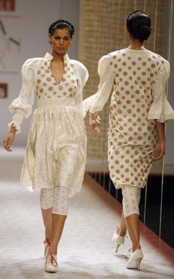 Одяг від дизайнера Payal Jain на Тижні моди Wills India Fashion Week, що проходив в індійському Нью-Делі. Фото: MANPREET ROMANA/AFP