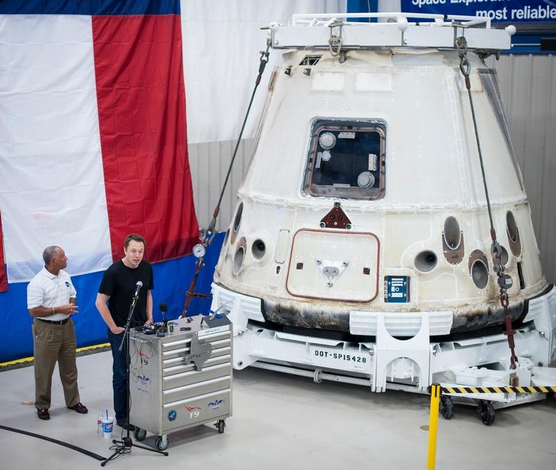 Макгрегор, Техас. Владелец компании SpaceX Элон Маск (справа) выступает с докладом возле капсулы Dragon о первом полёте частного грузовика. Слева — глава NASA Чарльз Болден. 13 июня. Фото: Bill Ingalls/NASA via Getty Images