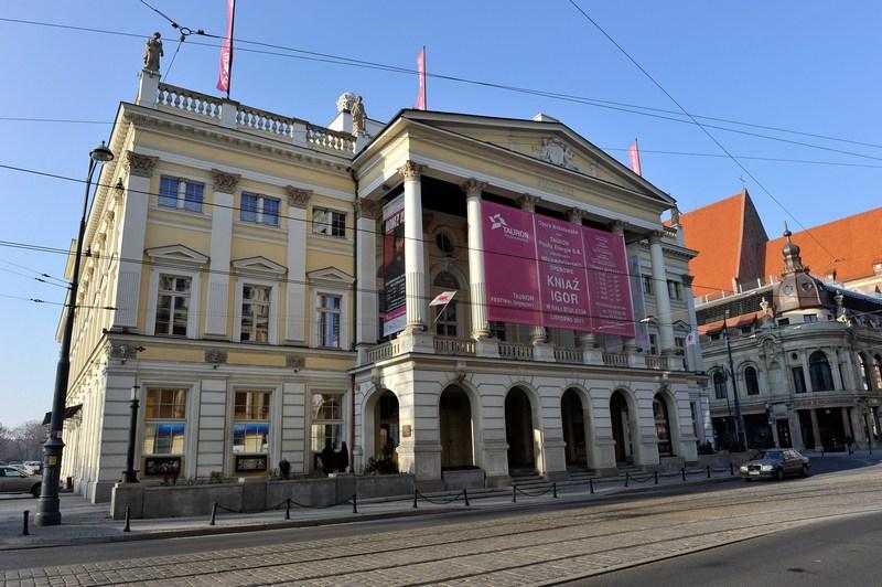 Оперный театр и отель Monopol (справа). Фото: Claudio Villa/Getty Images