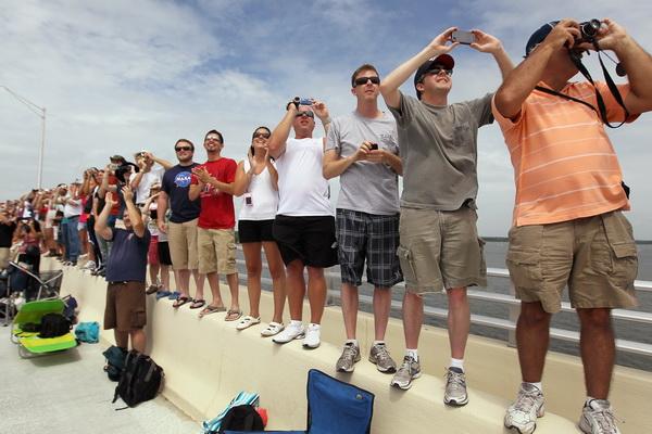 Зрители наблюдают за стартом шаттла «Атлантис». Фото: Joe Raedle/Getty Images