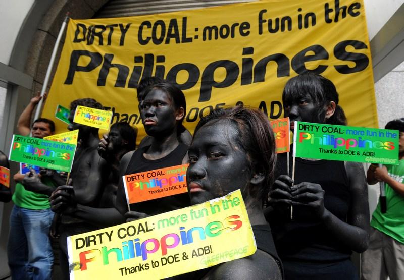 Манила, Филиппины, 7 июня. Активисты «Гринпис», наряженные «угольными демонами», протестуют против использования в странах Азии угля как топлива для электростанций, загрязняющего окружающую среду. Фото: JAY DIRECTO/AFP/Getty Images