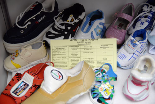 Некачественная детская обувь китайского производства. Фото: Владимир Бородин/Великая Эпоха