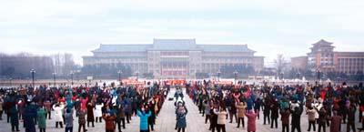 1 января 1998 г., г.Чаньчунь провинции Цзилинь. Более двух тысяч человек утром выполняют упражнения Фалуньгун. Фото с minghui.org