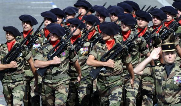 Французские солдаты 93 артиллерийского полка маршем прошли по Елисейским полям во время ежегодного дня взятия Бастилии. Парад в Париже 14 июля 2011 года. Фото: Getty Images