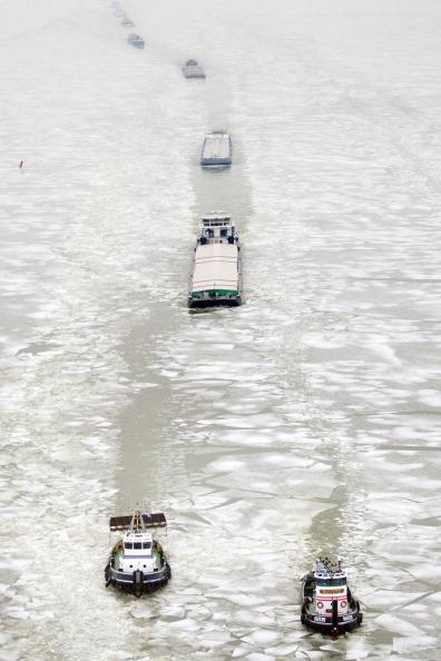 В ледовый плен Азовского моря попали 60 судов